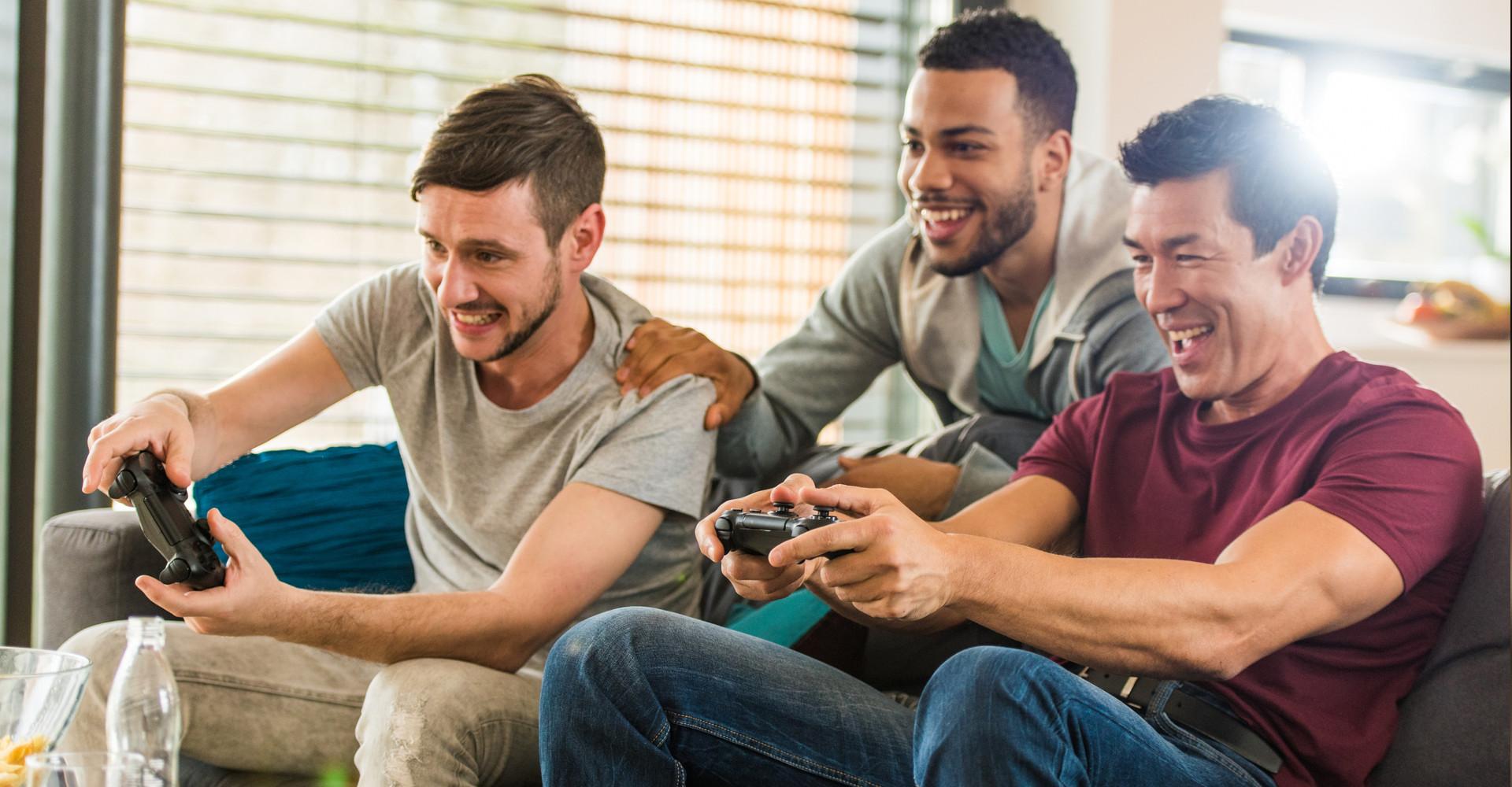 Gamer zocken auf einer Konsole im Wohnzimmer